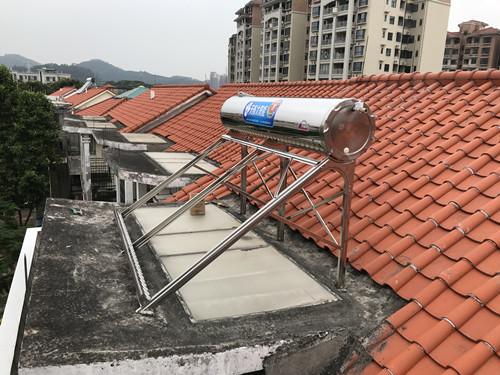 家用太阳能热水器施工现场